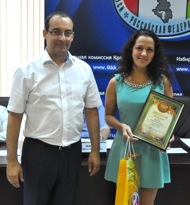 начальник отдела маркетинга рекламного агентства «Мой поиск» ЮЛИЯ ЕВГЕНЬЕВНА НИКИТЮК получает диплом